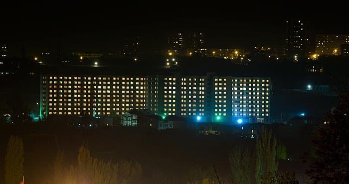 Բազմաբնակարան շենքի գիշերային համայնապատկերը